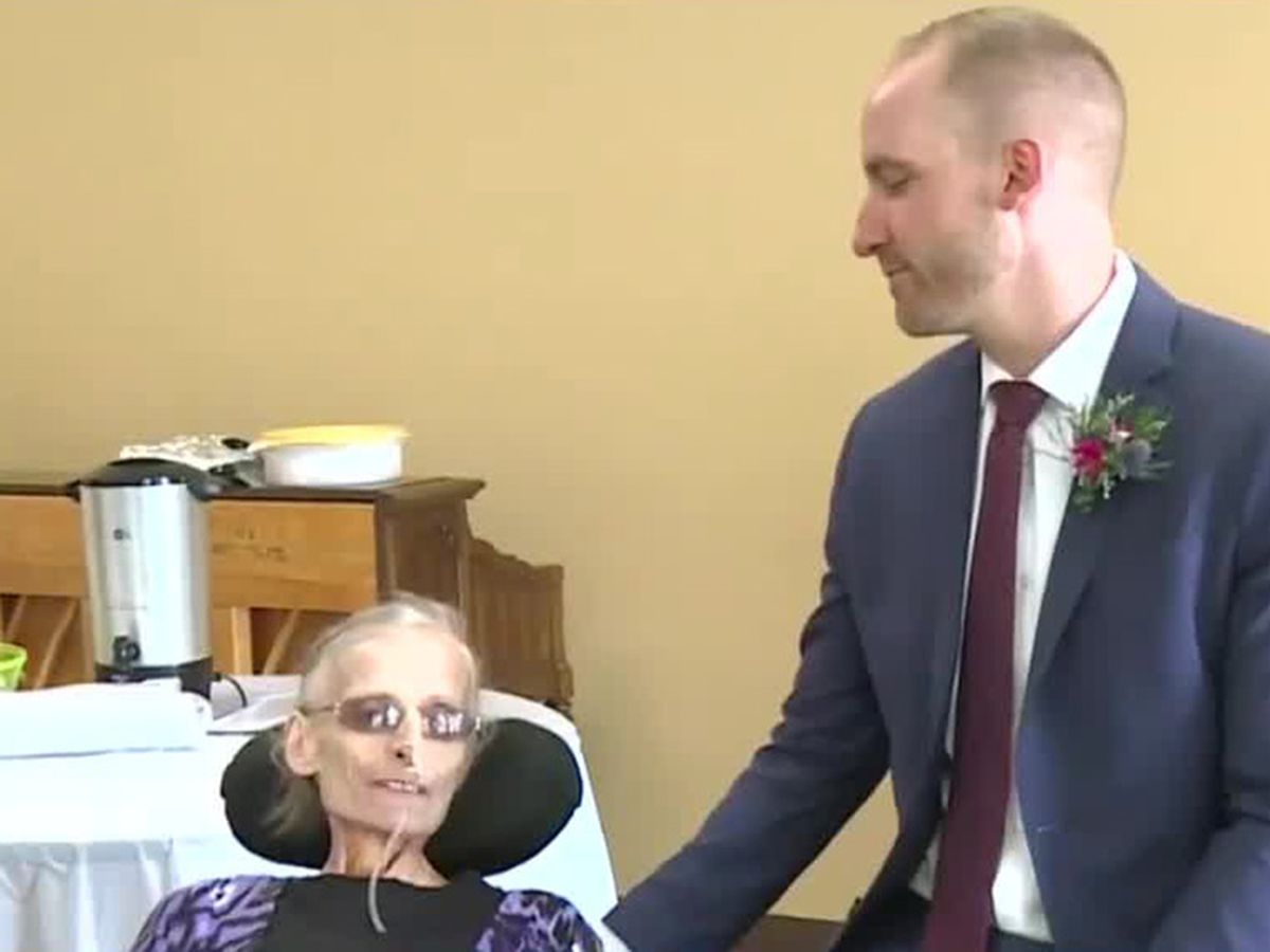 Son moves up wedding so dying mom can attend