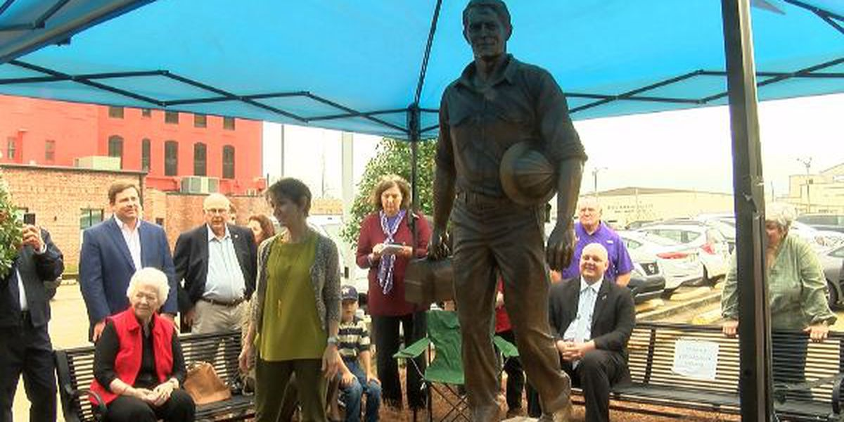 """Working Man"" statue unveiled in downtown Lake Charles"