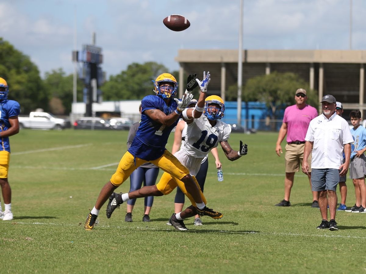 Both sides make plays in fall's first scrimmage