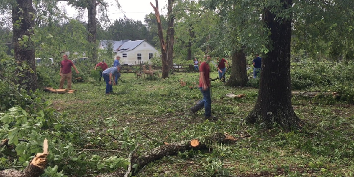 Good Samaritans work to clean up community after possible tornado in Deridder
