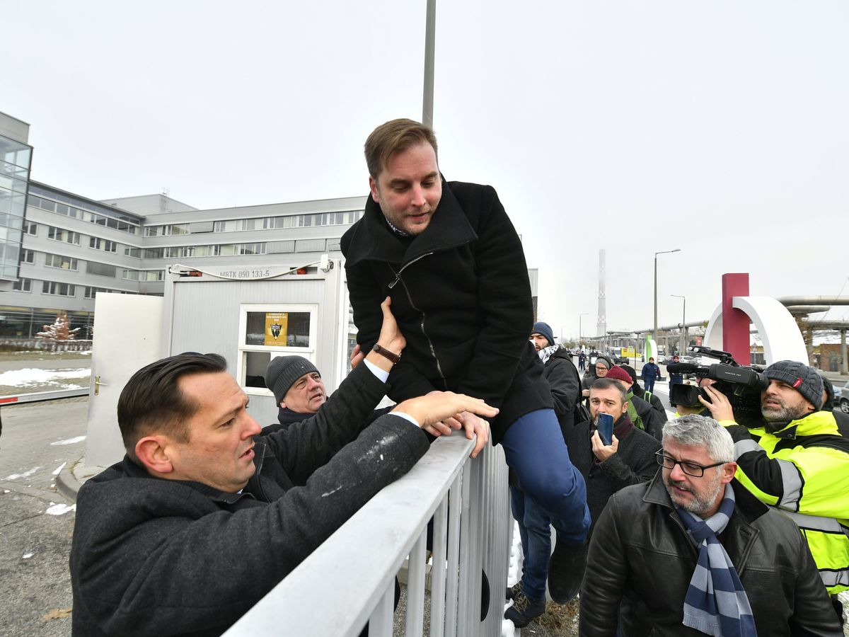 Hungary: Protesting MPs ejected from state broadcaster HQ